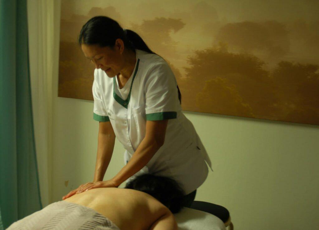 Thanut ger klassisk massage till en kund